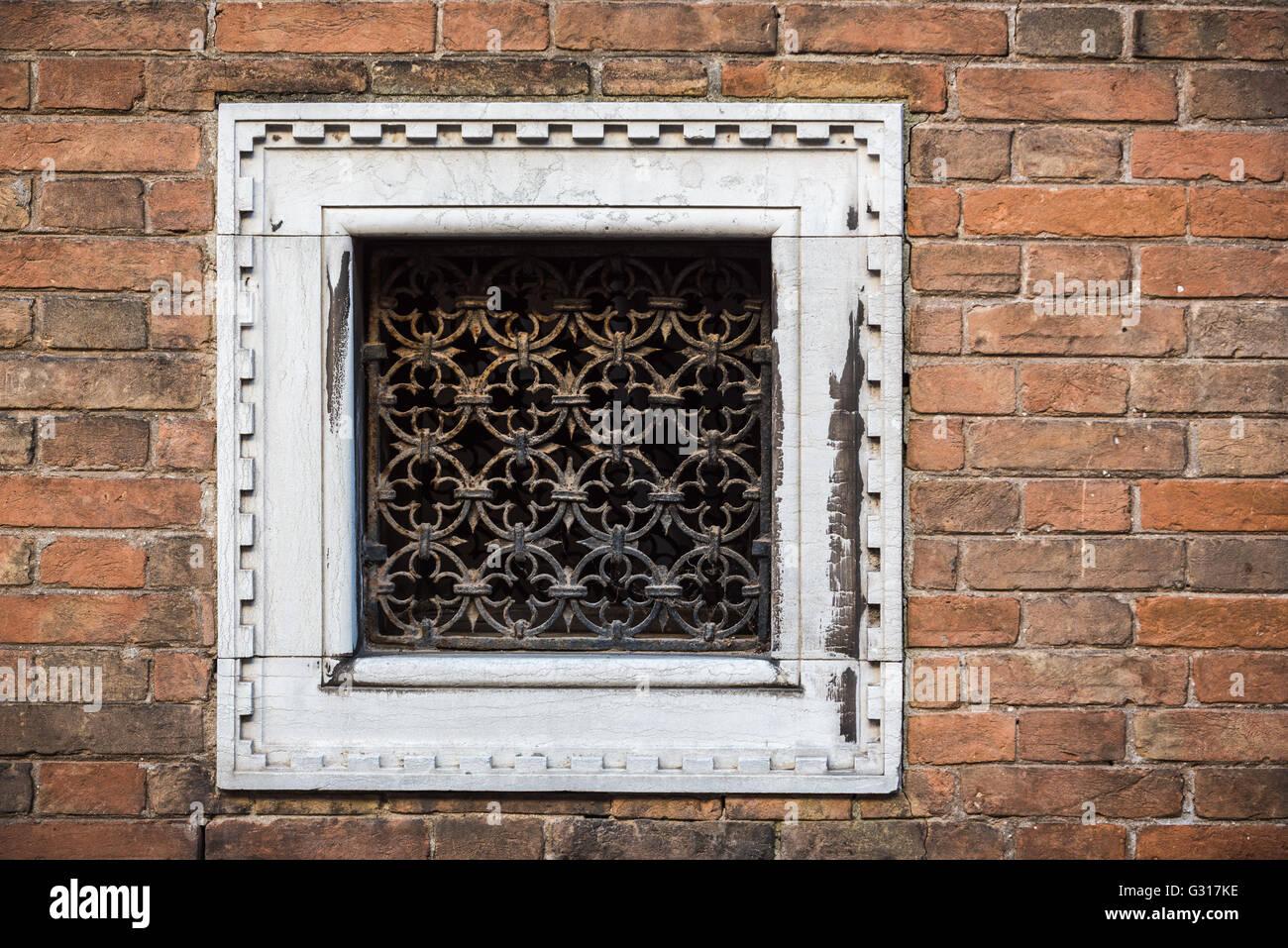 Quadratische kleine Fenster mit weißen Rahmen und dekorative ...