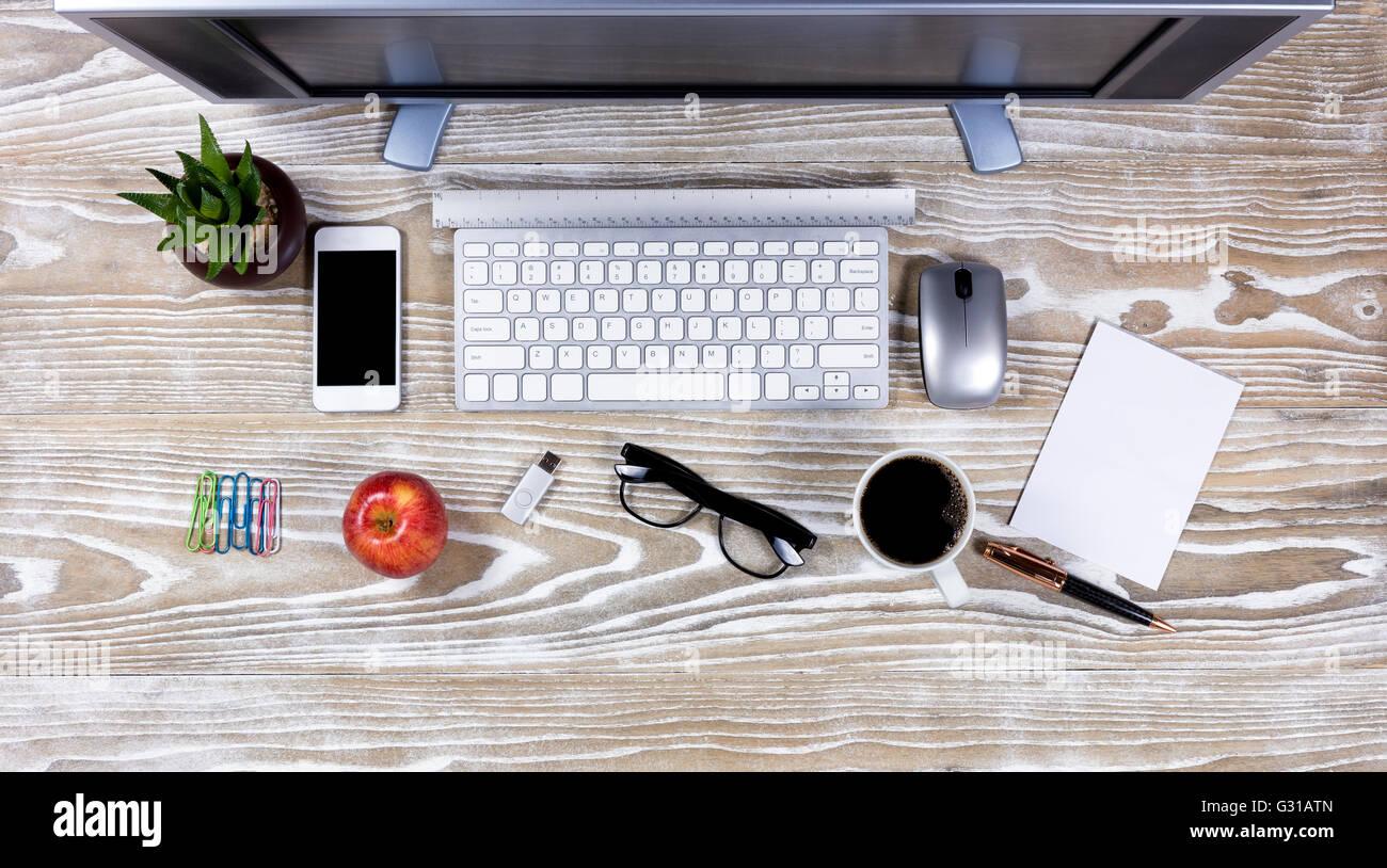Top Ansicht Office Desktop Setup Auf Rustikale Weiße Holz Stockfoto