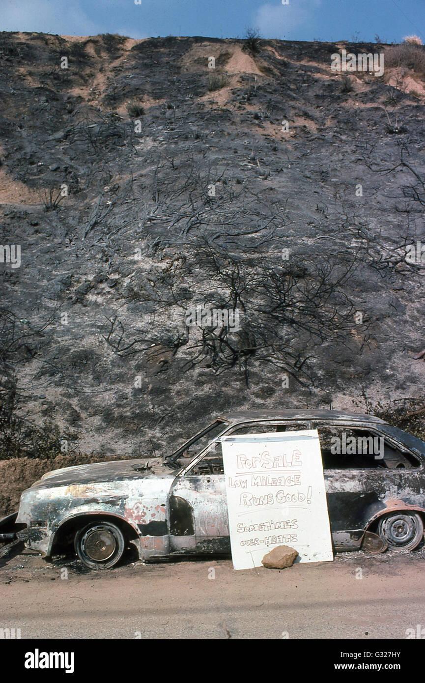 verkohlte Hügel und ausgebrannte Autos zum Verkauf nach Malibu Feuer in 1970er Jahren Malibu Strand Gemeinschaft Stockbild