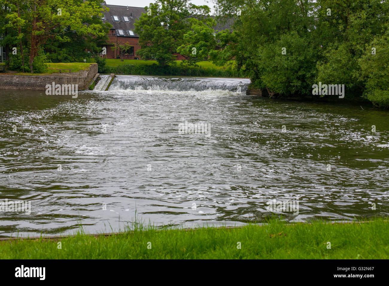 Fluss Avon wehr bei Stratford-upon-Avon, Warwickshire Stockbild