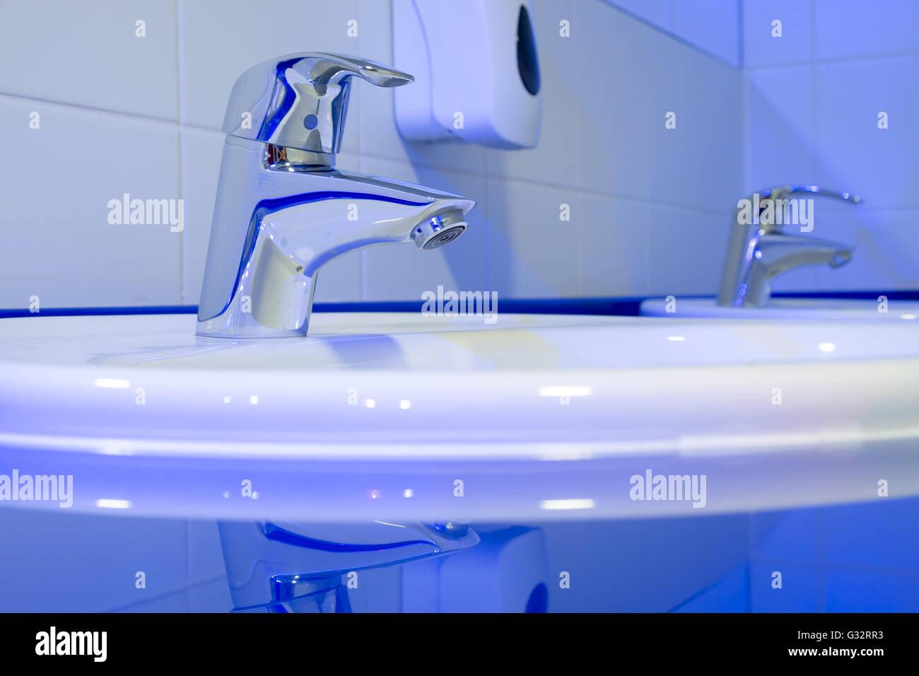 Wasserhahn Beleuchtet der wasserhahn in der toilette ist schön beleuchtet stockfoto, bild