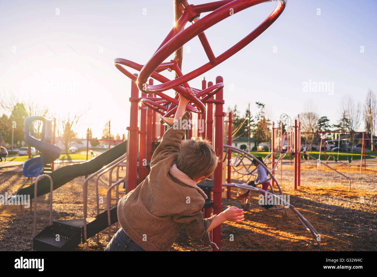 Little Monkey Klettergerüst : Little boy spielen auf monkey bars stockfoto bild alamy