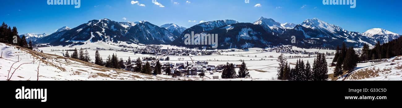 Tannheimer Tal mit Tannheim, Tirol, Österreich Stockbild