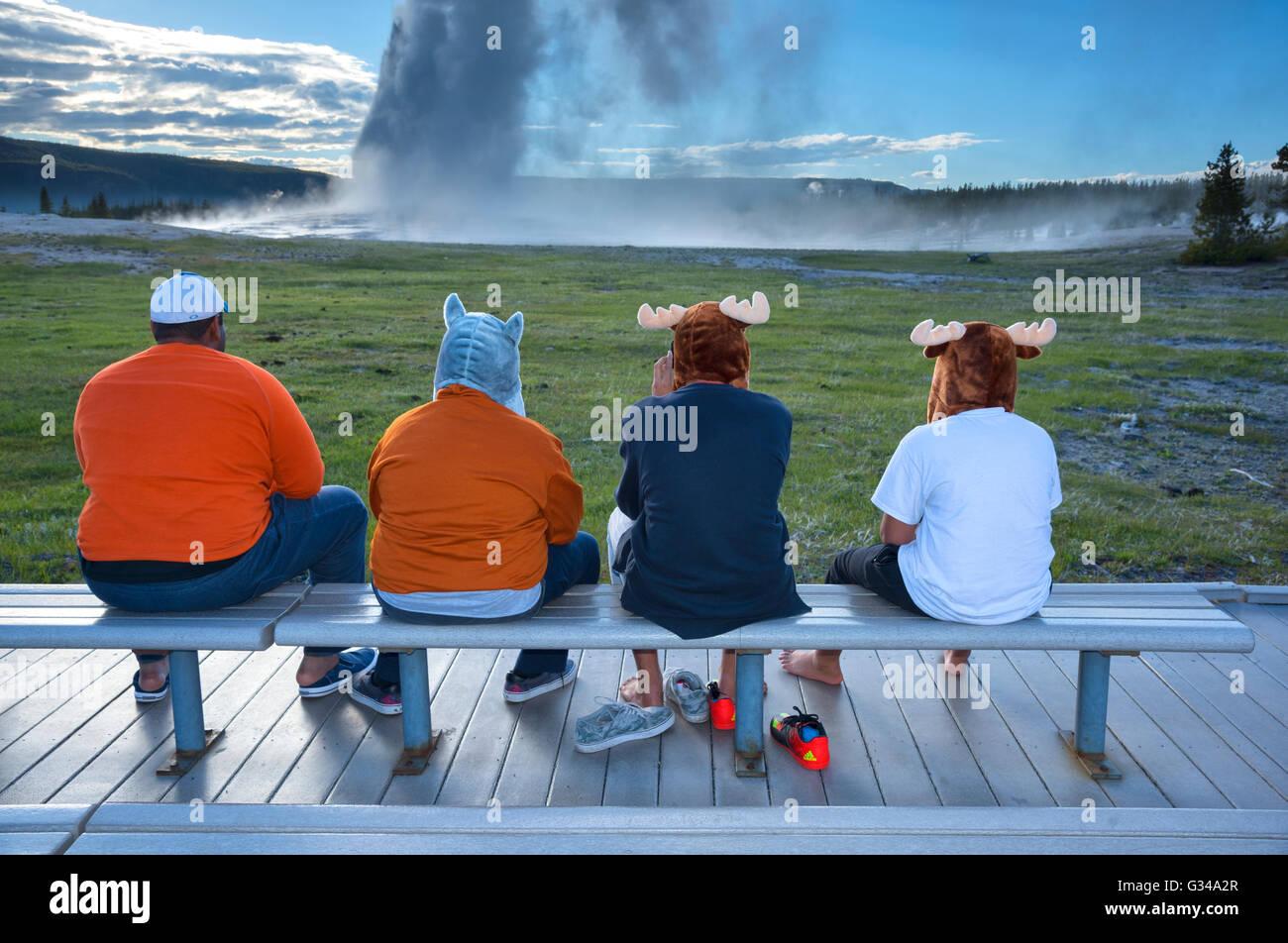 USA, Rockie Mountains in Wyoming, Yellowstone, Nationalpark, UNESCO, Welterbe, Geysir, Familie am Aussichtspunkt Stockbild