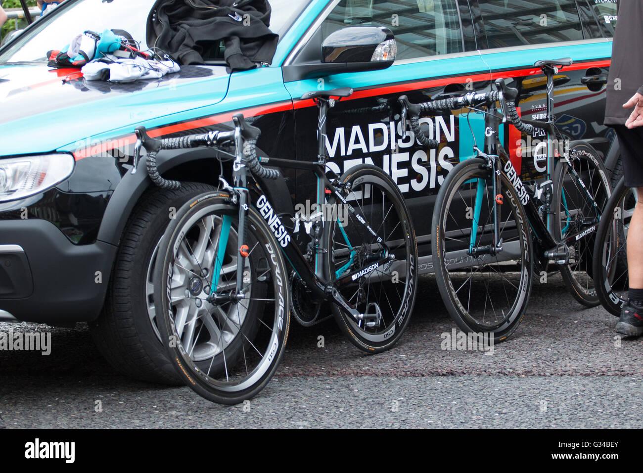 Madison Genesis Cycling Team Auto und Fahrräder Stockbild