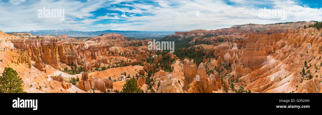 Bizarre Landschaft, rötliche Felslandschaft mit Feenkamine, Sandstein-Formationen, Bryce-Canyon-Nationalpark, Stockbild