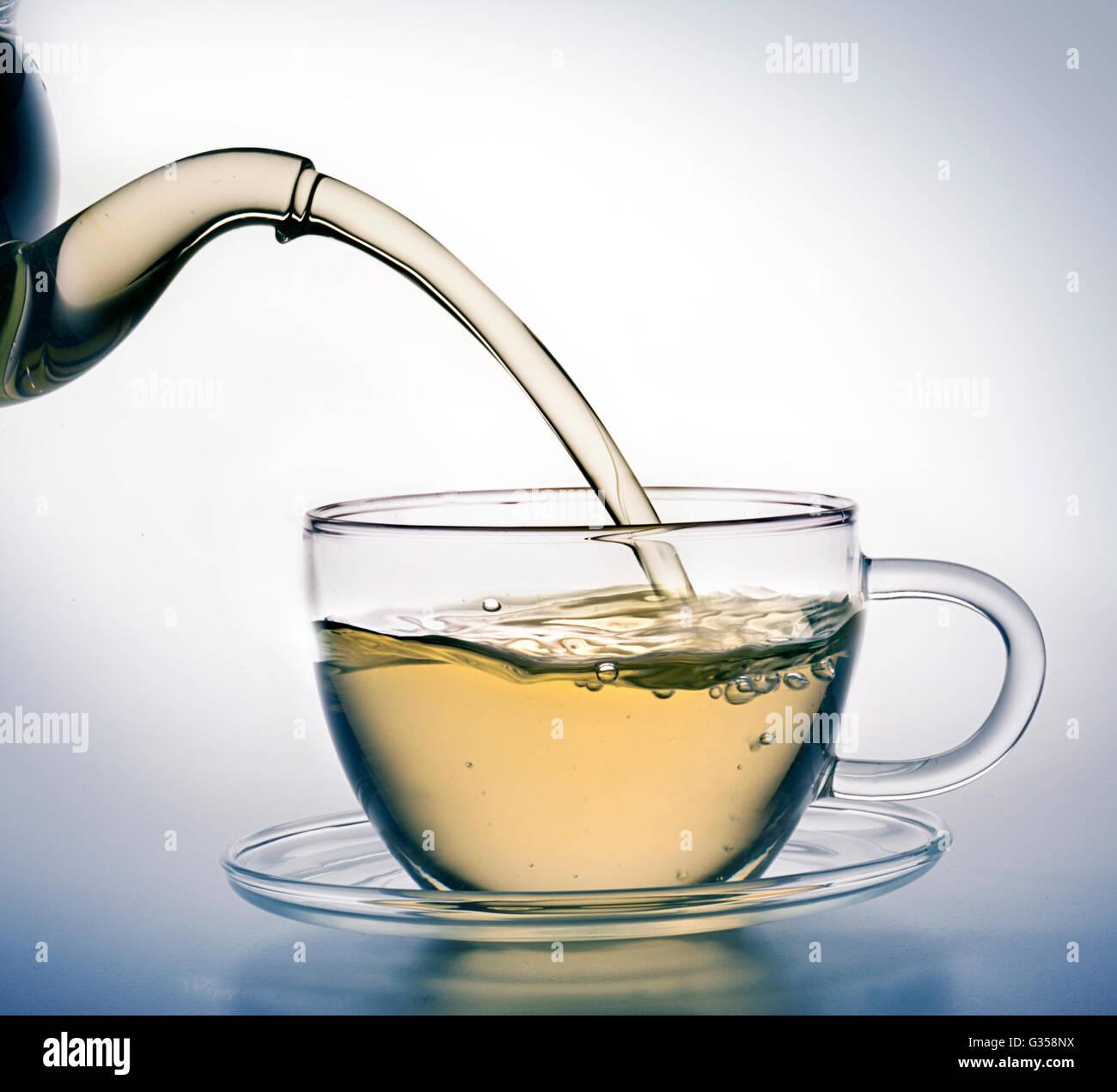 Grüner Tee gießen Stockbild
