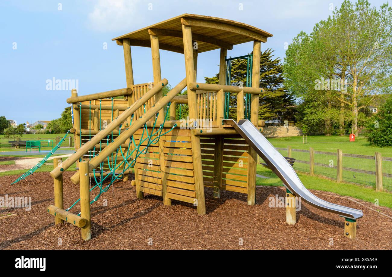 Klettergerüst Outdoor : Spielplatz mit garten und klettergerüst für kinder lizenzfreie
