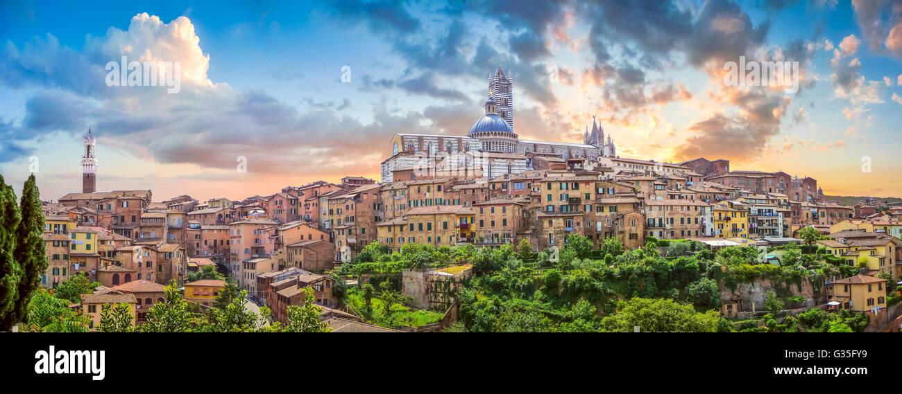 Wunderschönen Blick auf die historische Stadt Siena bei Sonnenuntergang auf einem idyllischen Sommerabend, Toskana, Stockfoto