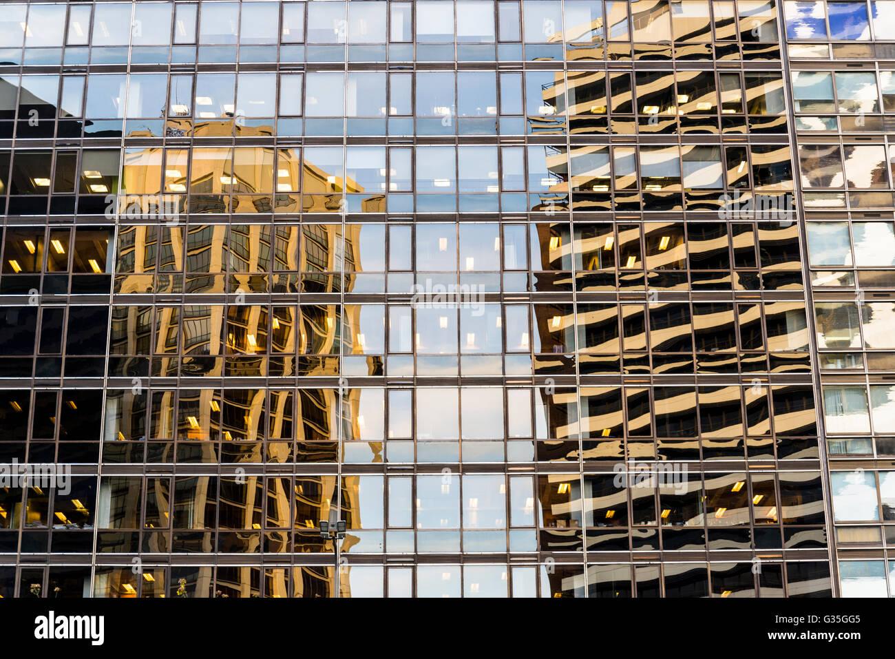 Reflexionen im Glasbau Stockbild