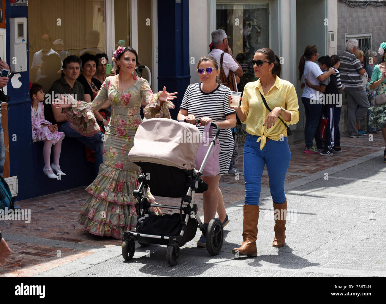 Attraktive Frauen, gekleidet in traditioneller Tracht bei San Isidro Festival Fiesta in Nerja Andalucia Spanien Stockbild