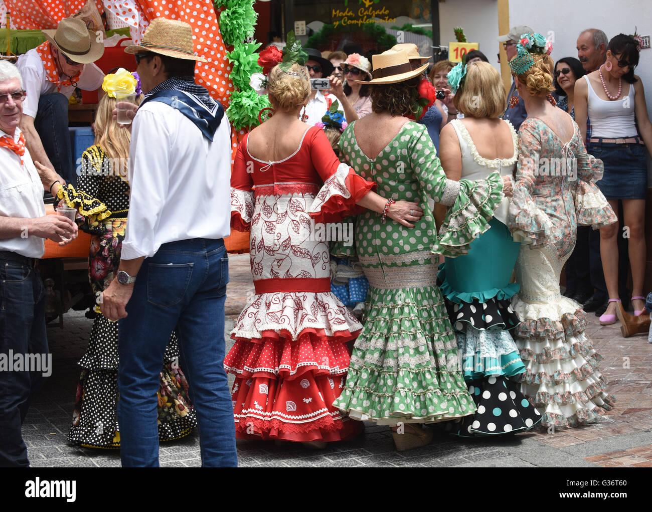 Frauen gekleidet in traditionellen Kostümen bei San Isidro Festival Fiesta in Nerja Andalucia Spanien Stockbild