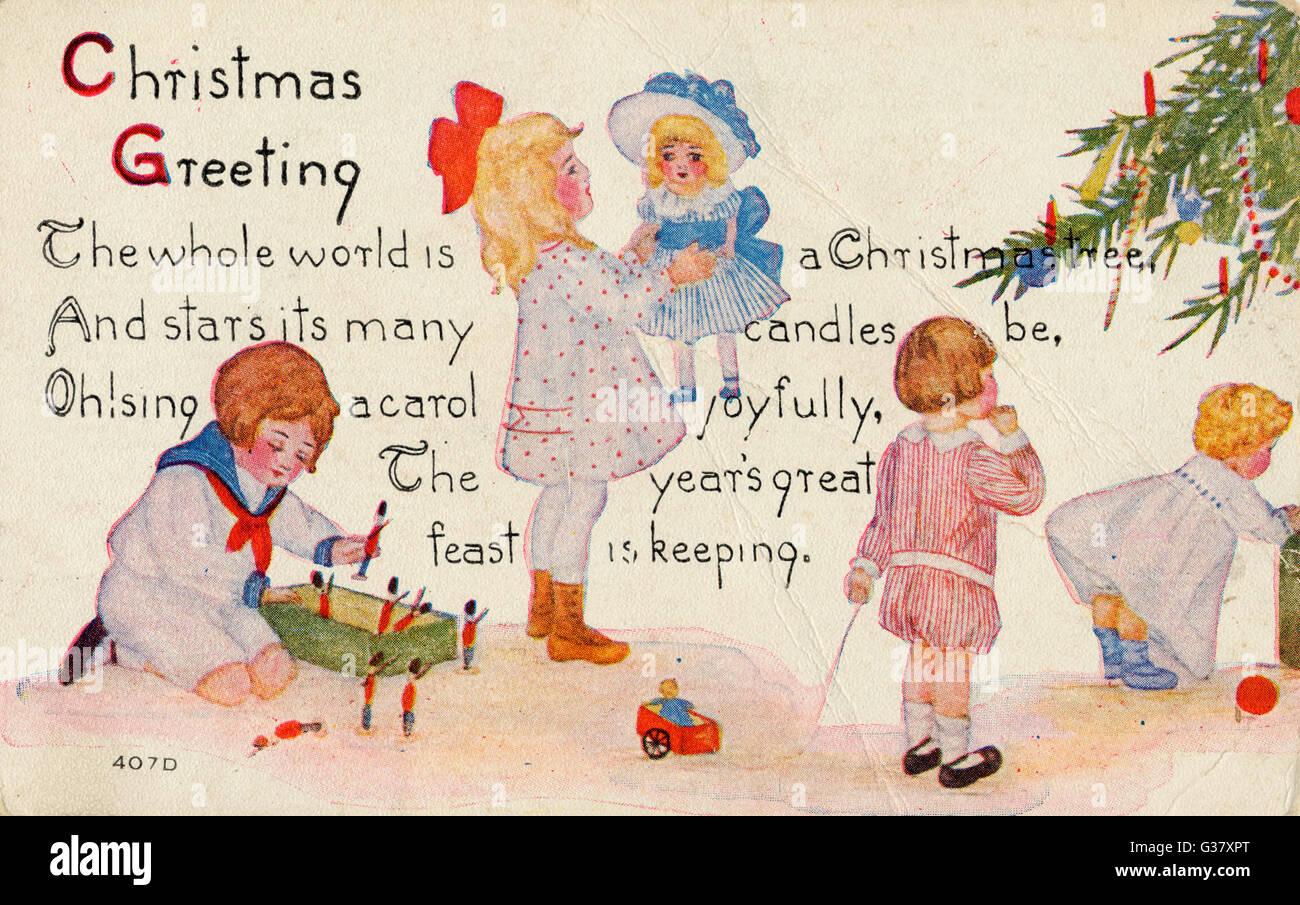 Vier Kinder spielen mit den Geschenken, die sie unter den ...
