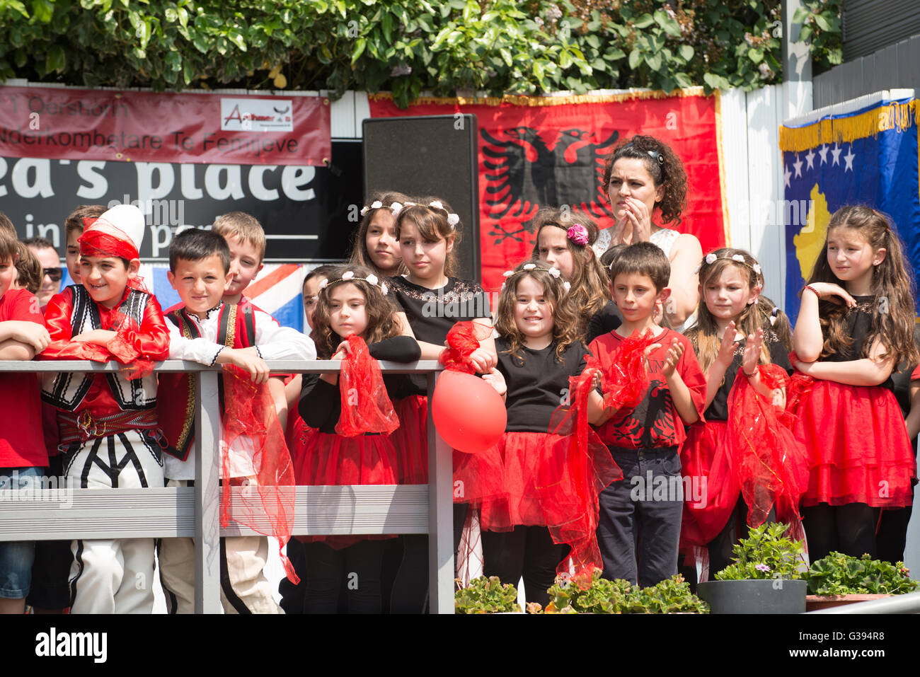 London Golders Green Childs Hill Park albanische Gemeinschaft Childrens' Day Festival junge Kinder Kostüm Stockbild