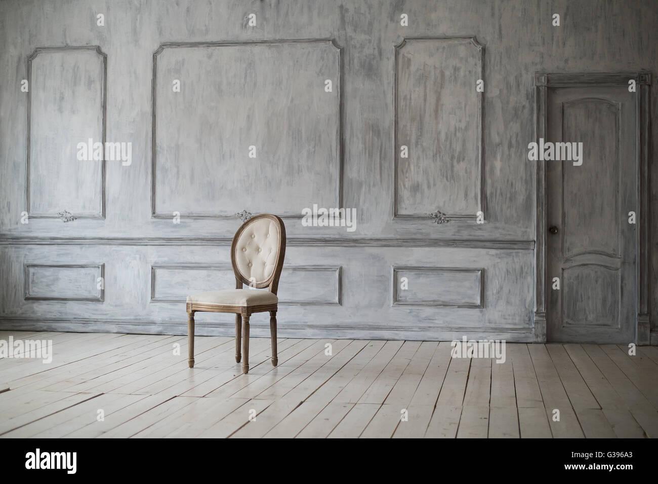 Weisse Vintage Sessel Stehen Vor Einer Hellen Wand Mit Zierleisten