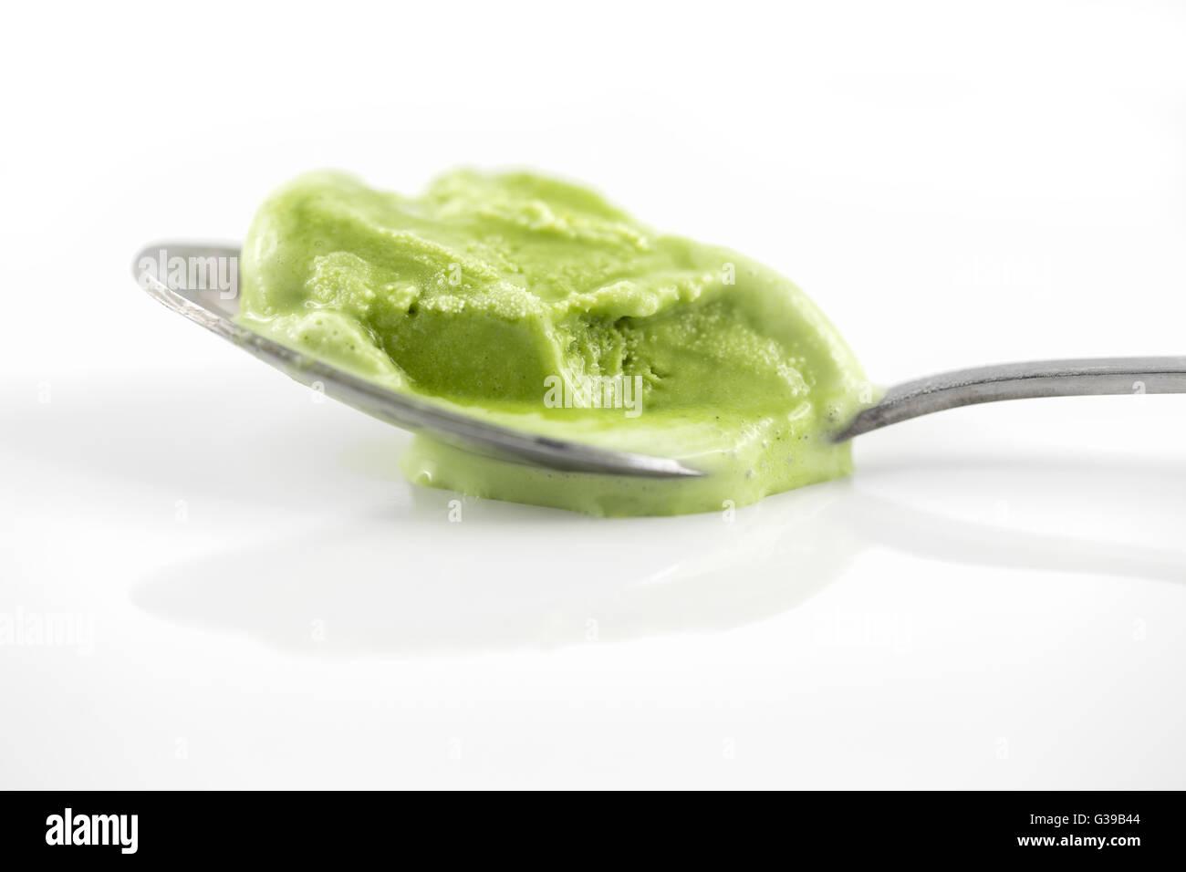 Konzentrieren Sie in der Nähe sich auf grüner Tee-Eis schmelzen auf TL welche glänzende weiße Stockbild