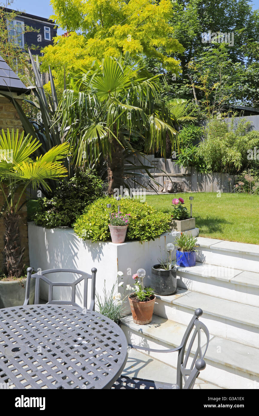 terrasse und treppe zu einem abgeschiedenen londoner garten hinter dem haus mit gro en. Black Bedroom Furniture Sets. Home Design Ideas