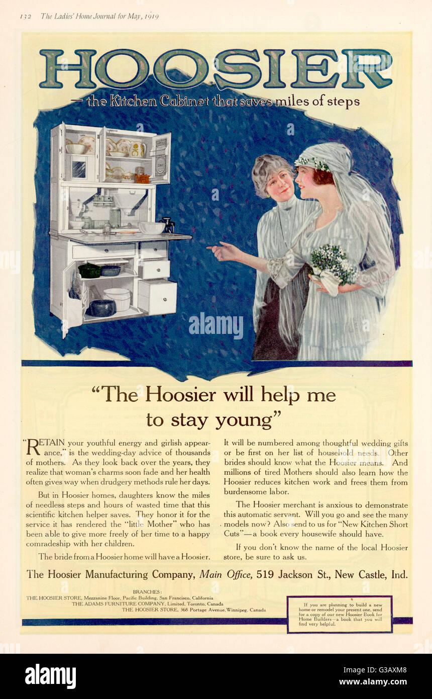 Tragen immer noch ihr Brautkleid, bewundert eine Braut Hoosier-Küche ...