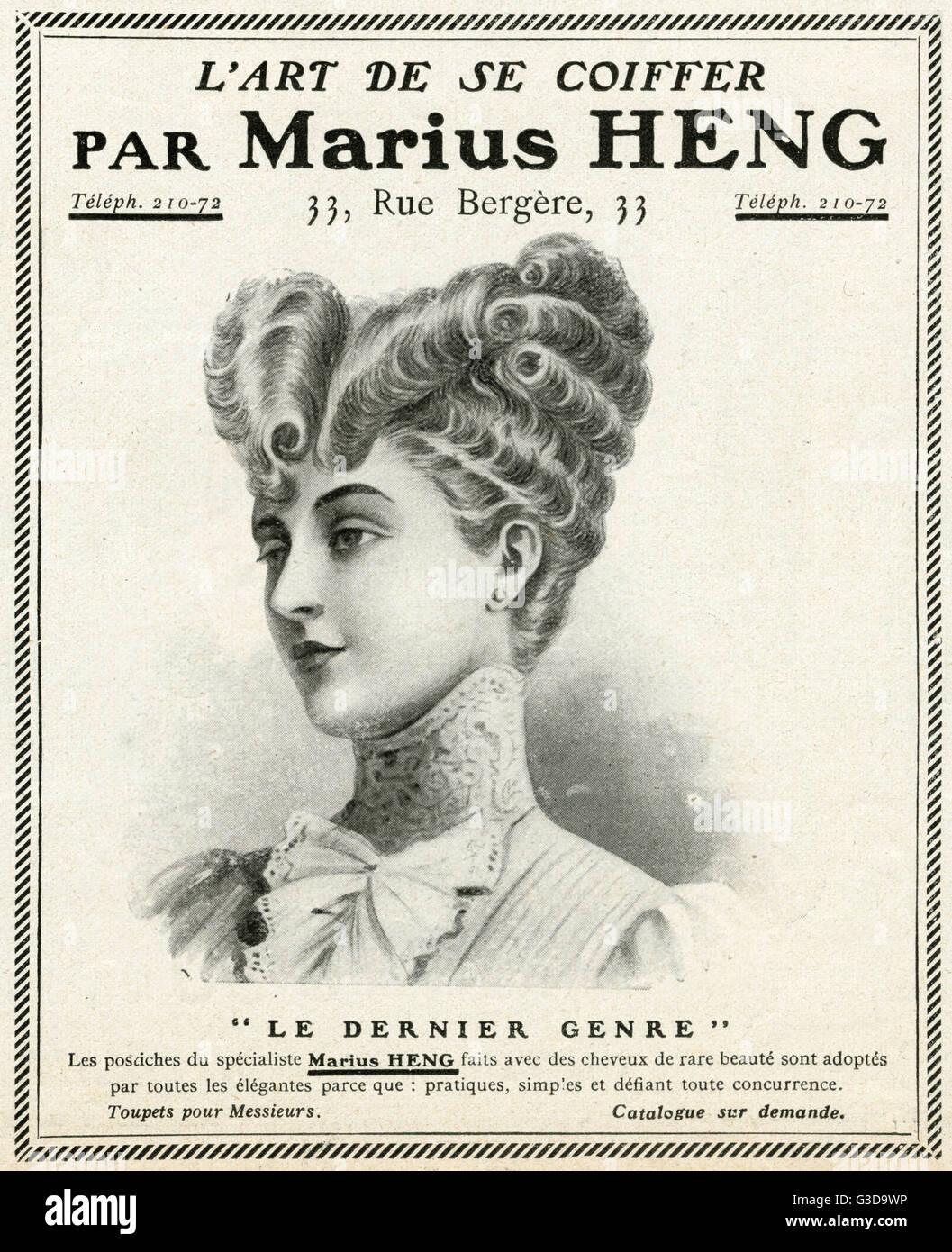 Elegante Dame mit einem Pompadour-Frisur, die für einen Dreispitz Hut, niedrige Krone und breiter Krempe passend Stockbild