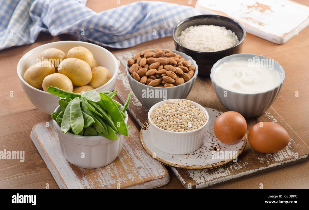 vitamin h reiche lebensmittel auf holzbrett gesunde ern hrung essen stockfoto bild 105400804. Black Bedroom Furniture Sets. Home Design Ideas