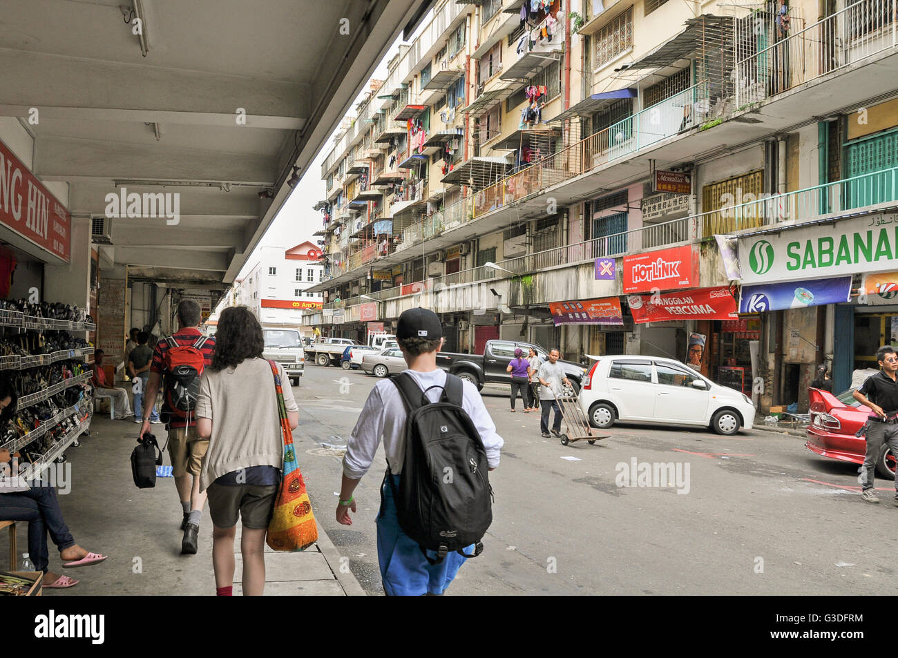 Kaukasische Touristen zu Fuß durch die Stadt von Sandakan, Sabah, Borneo, Malaysia Stockbild