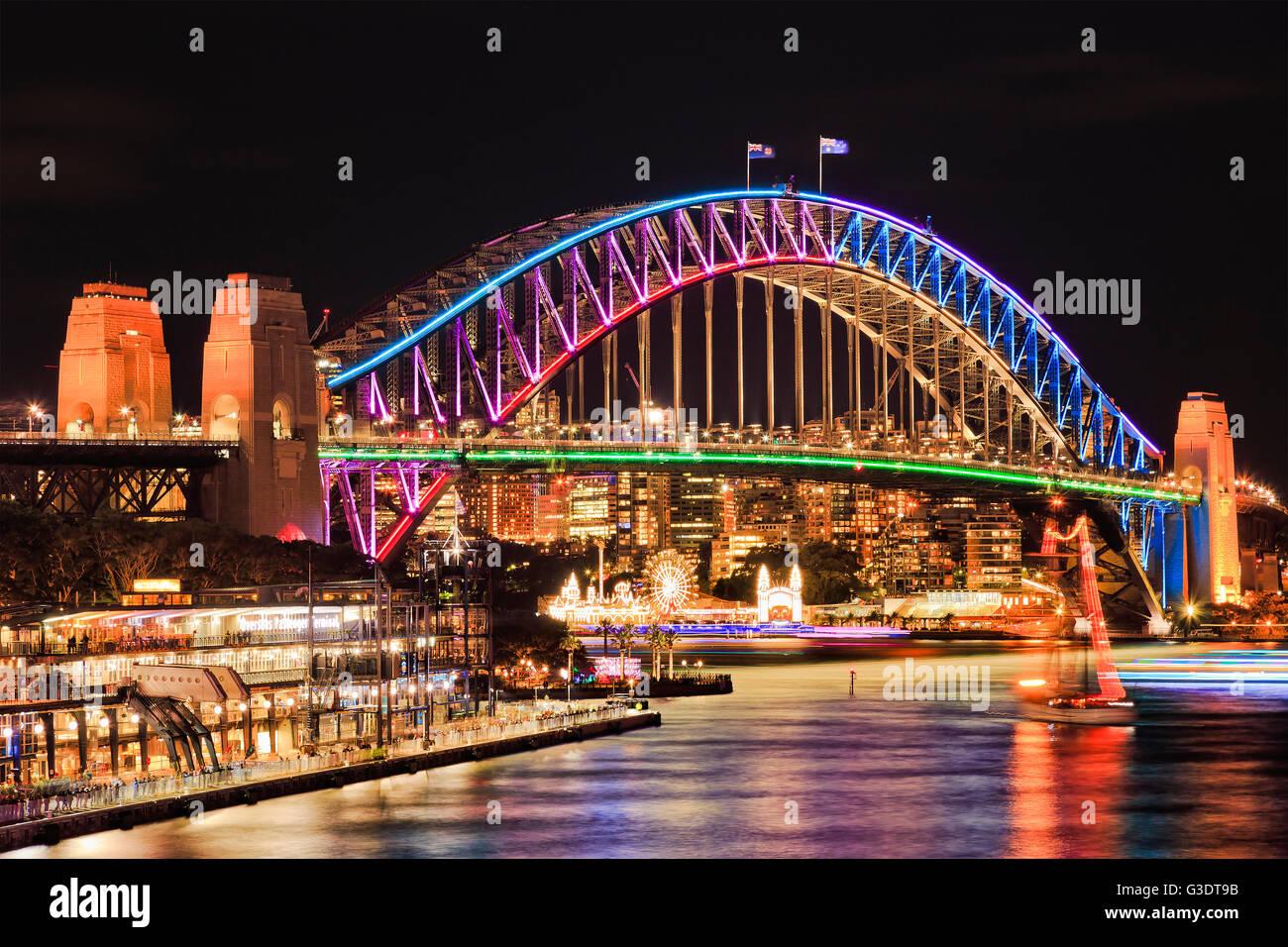 Hell beleuchtete Bogen Seite Wahrzeichen Sydney Harbour Bridge nach Sonnenuntergang reflektierenden Lichter in unscharfen Stockfoto