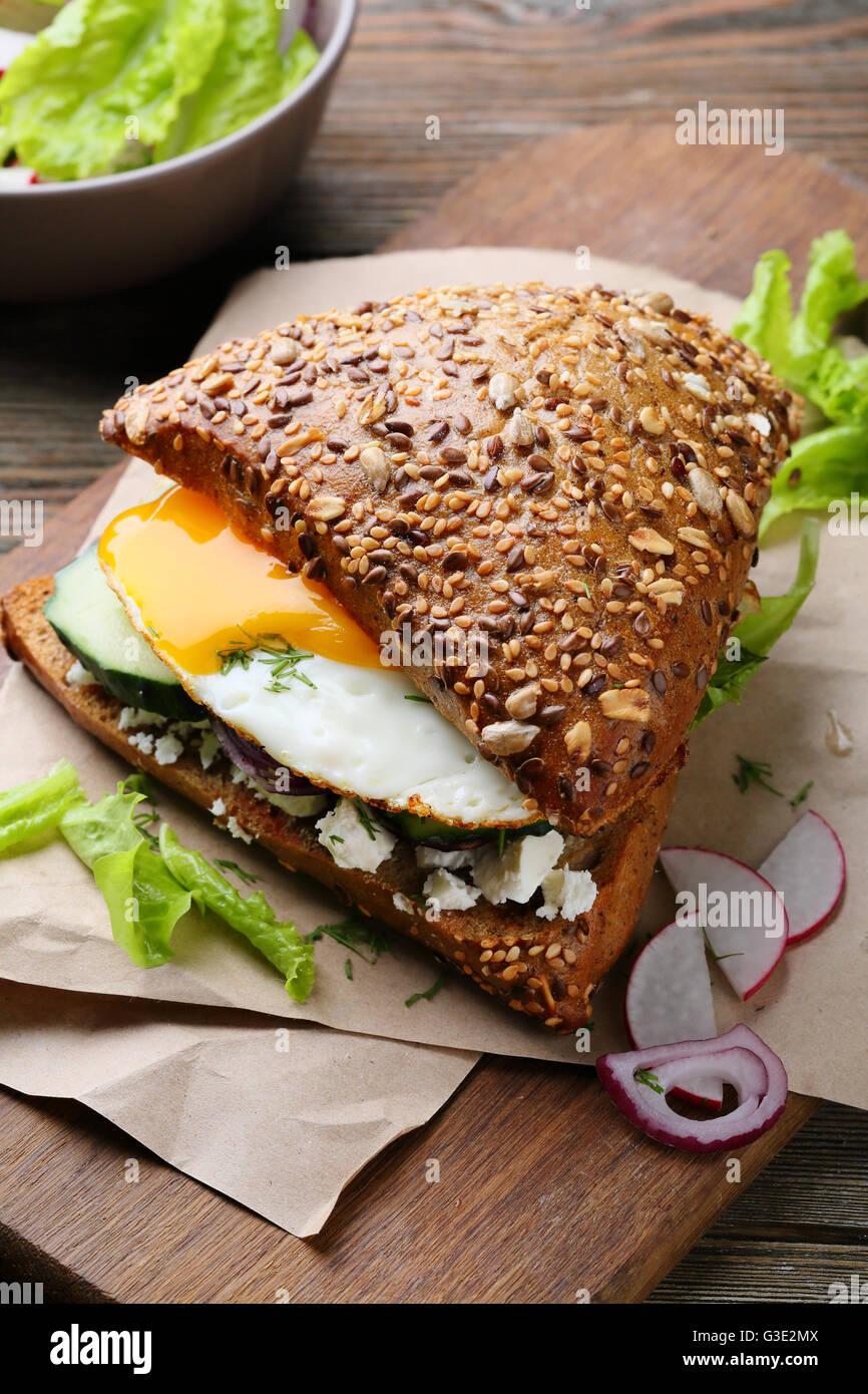 Sandwich mit Ei und Salat, Essen Nahaufnahme Stockbild