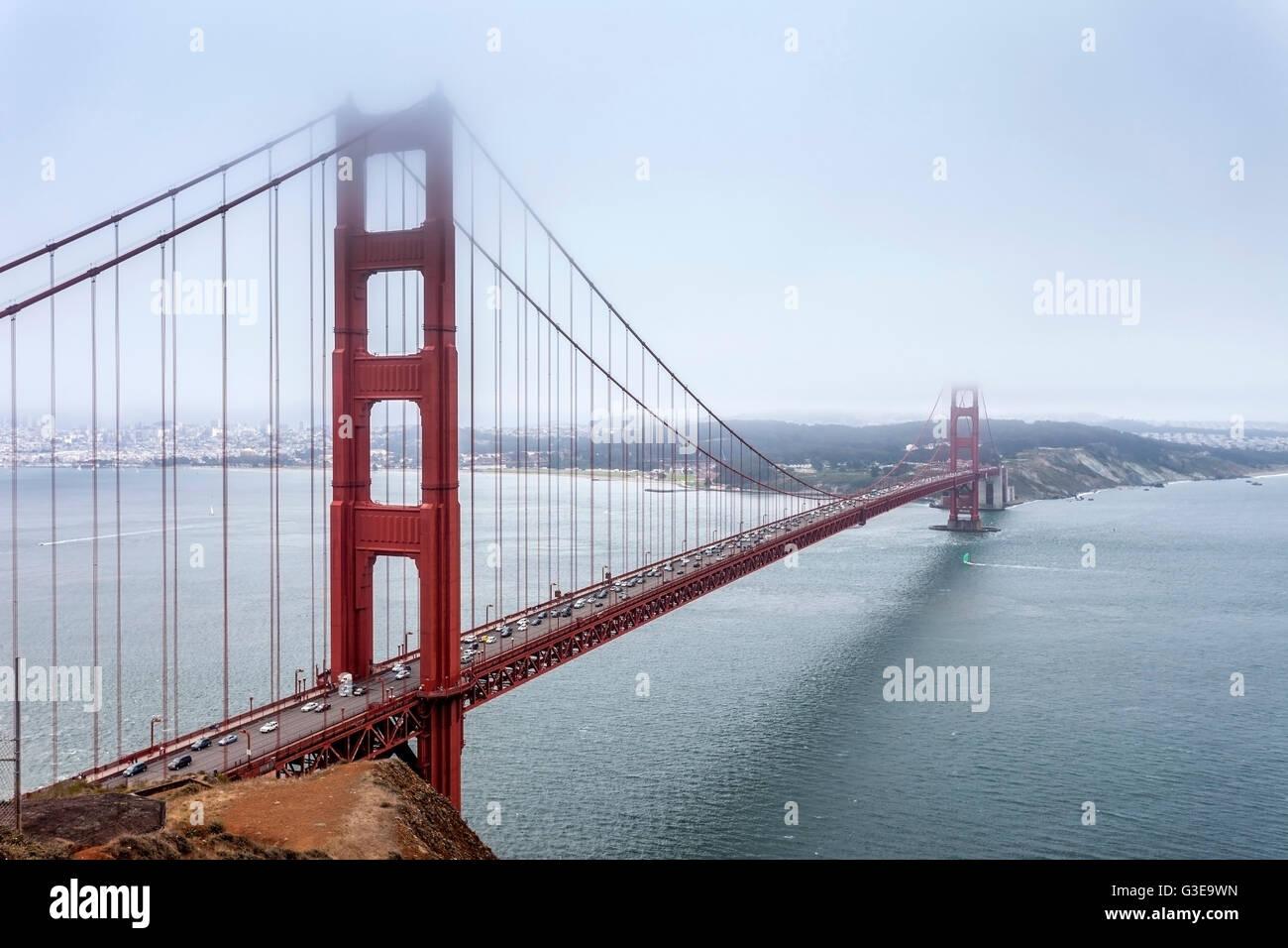 Ein typischer Sommertag an der Golden Gate Bridge. Nebel rollt ein-und während des Tages. Stockbild