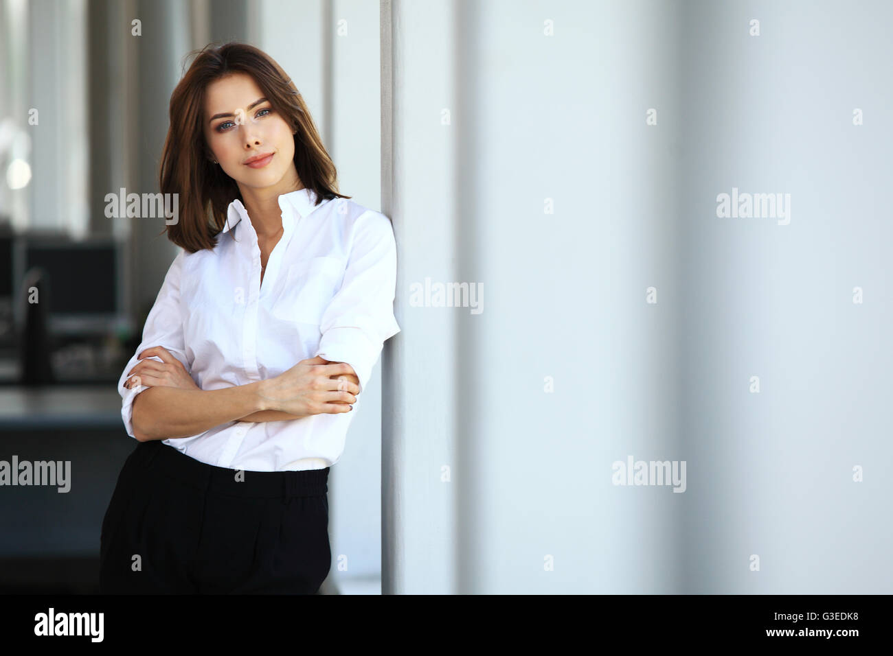 Moderne Business-Frau im Büro mit Textfreiraum Stockbild