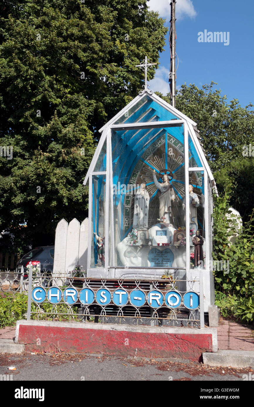 Religiöser Bildstock neben der Straße in Cuinchy, Pas-De-Calais, Frankreich. Stockbild