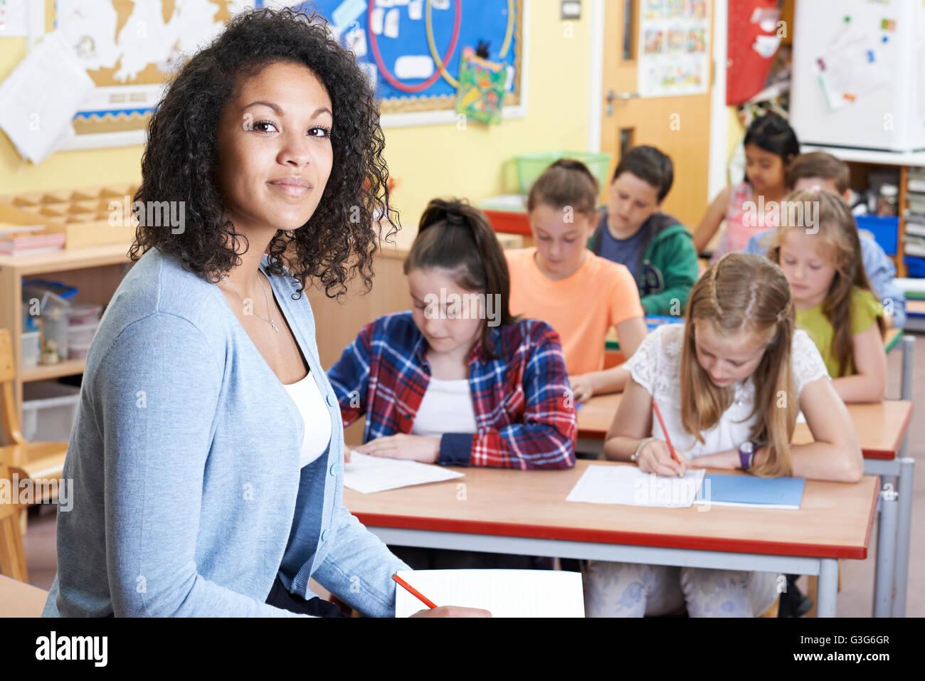 Porträt des Lehrers im Unterricht mit Schülerinnen und Schülern Stockfoto