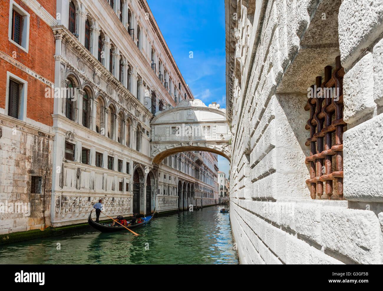 Gondel vorbei auf schmalen Kanal unter berühmte Seufzerbrücke in Venedig, Italien. Stockbild