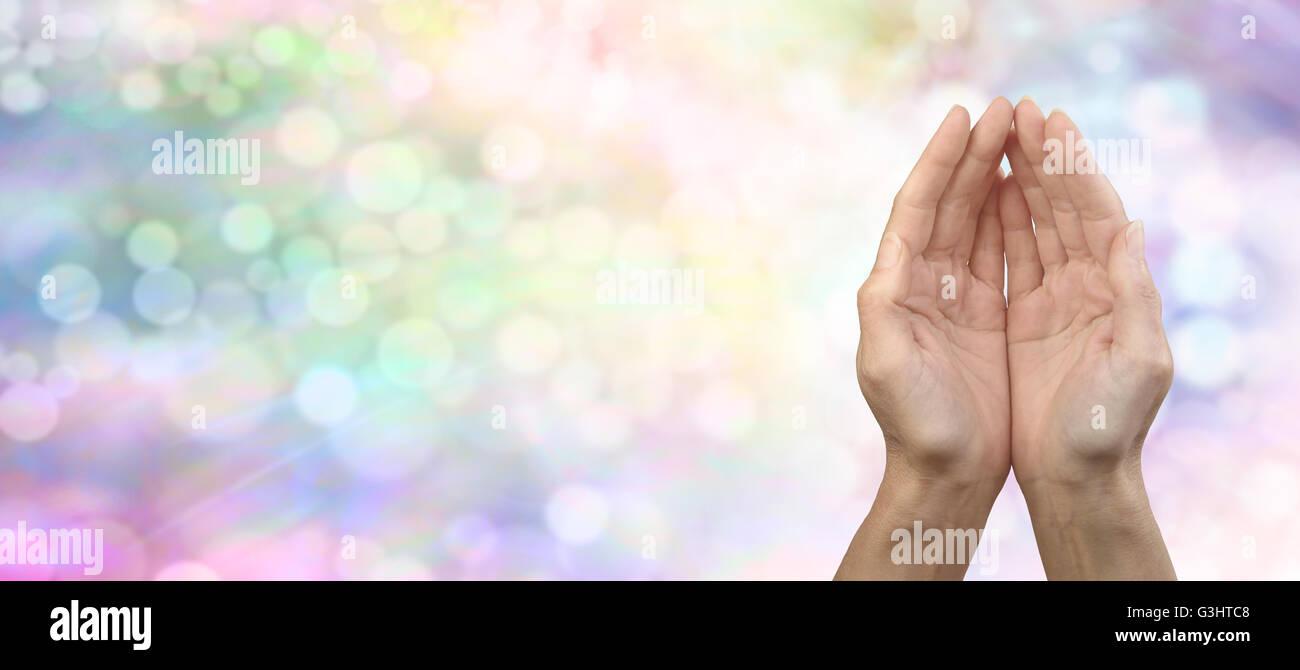 Weibliche schalenförmige Hände auf regenbogenfarbenen Bokeh Banner Hintergrund mit allerlei textfreiraum Stockbild