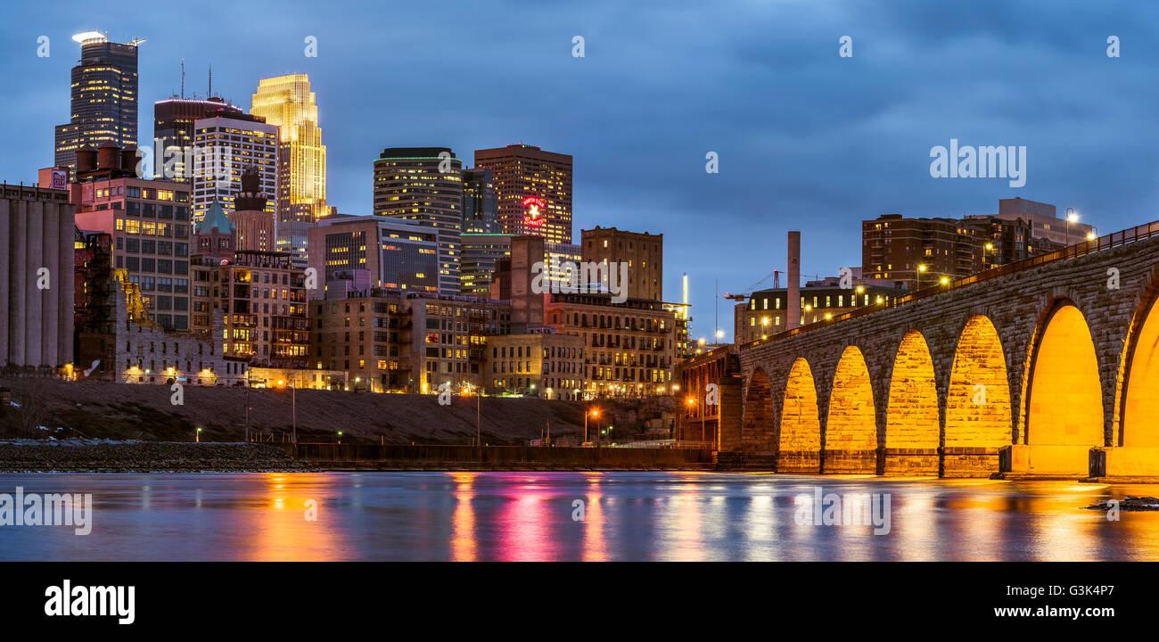Minneapolis, Minnesota Skyline und Steinbogenbrücke in der ...