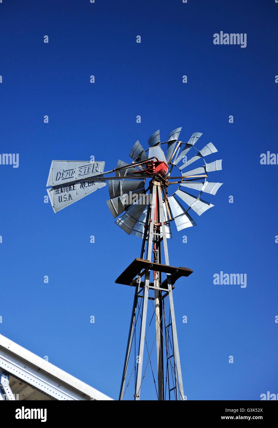 """Ein Wind angetriebene Wasserpumpe, Windmühle, der """"Beatrice Dempster Mill Company"""" Stockbild"""