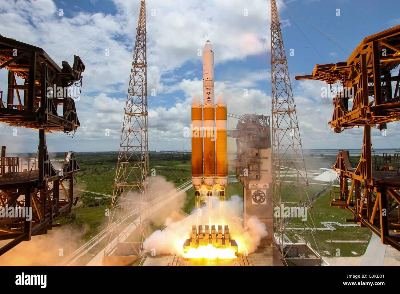 Eine United Launch Alliance Delta IV-Heavy-Rakete hebt ab vom Space Launch Complex 37 b 11. Juni 2016 in Cape Canaveral, Stockbild