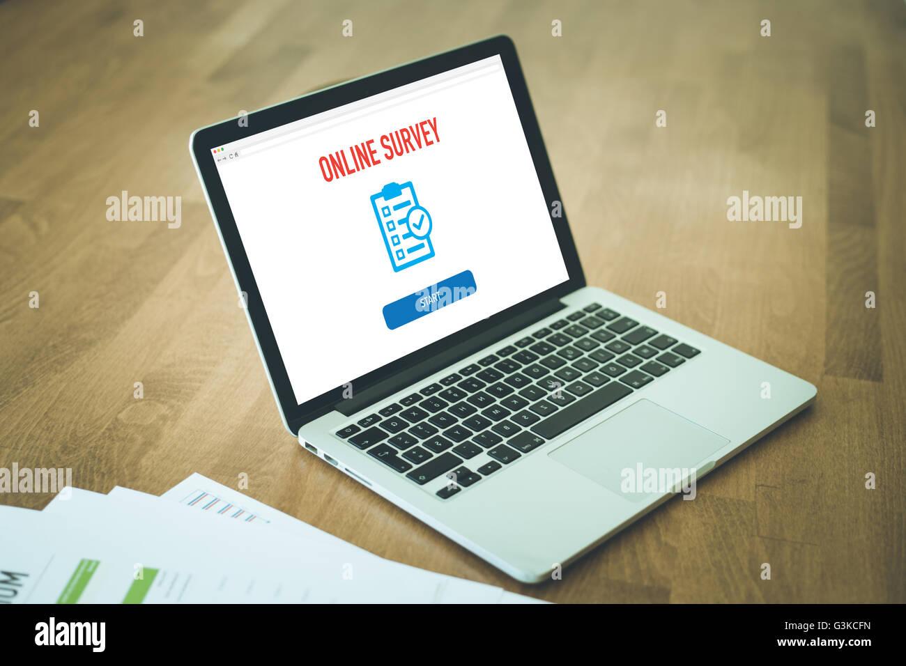 ONLINE-UMFRAGE FEEDBACK KUNDENZUFRIEDENHEIT KONZEPT Stockbild