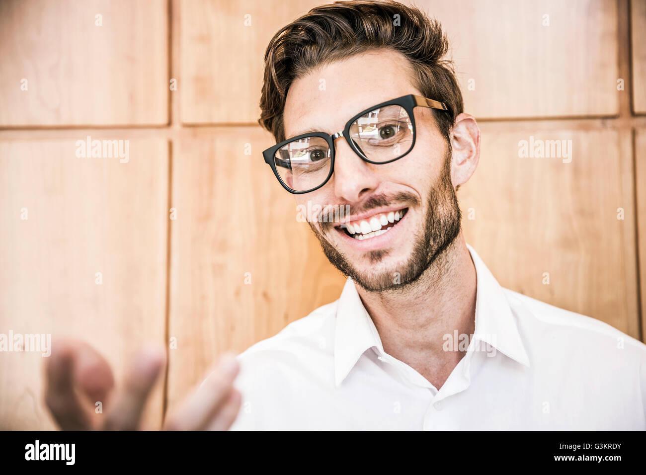 junger mann mit brille blick in die kamera l cheln. Black Bedroom Furniture Sets. Home Design Ideas