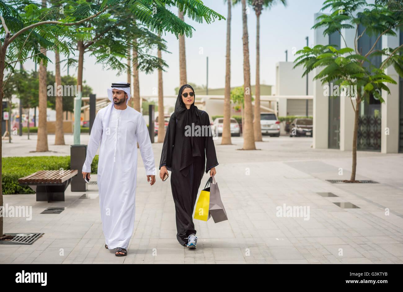 nahen ostens shopping paar tragen traditionelle kleidung zu