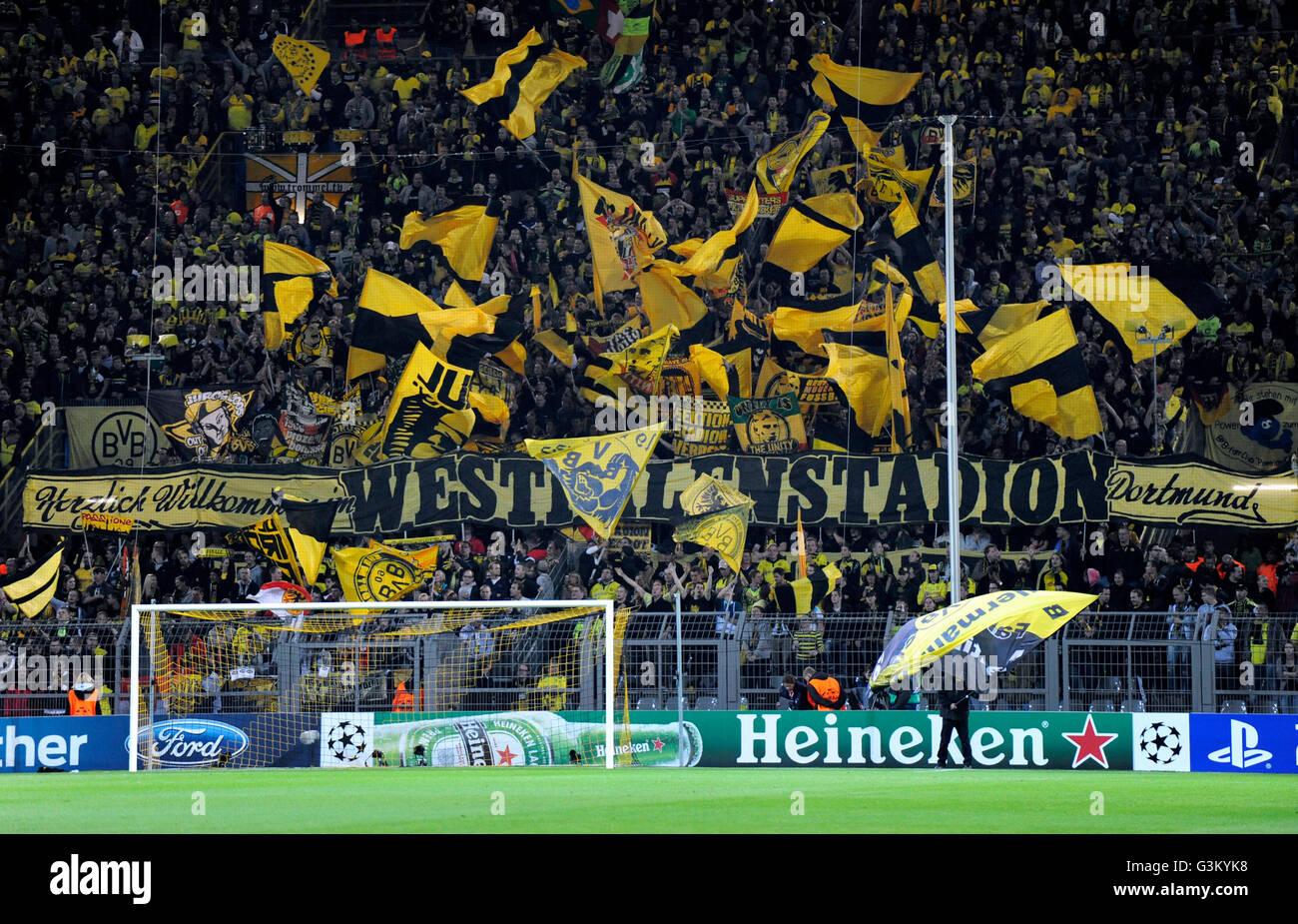 BVB-Fans in der Südkurve schwenkten ihre Fahnen vor dem Start des Spiels, UEFA Champions League, Borussia Dortmund Stockfoto