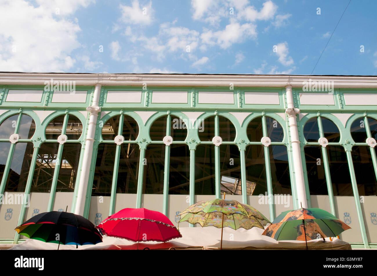 Fassade des El Fontan Markt und vier Sonnenschirme. Oviedo, Asturien, Spanien. Stockbild