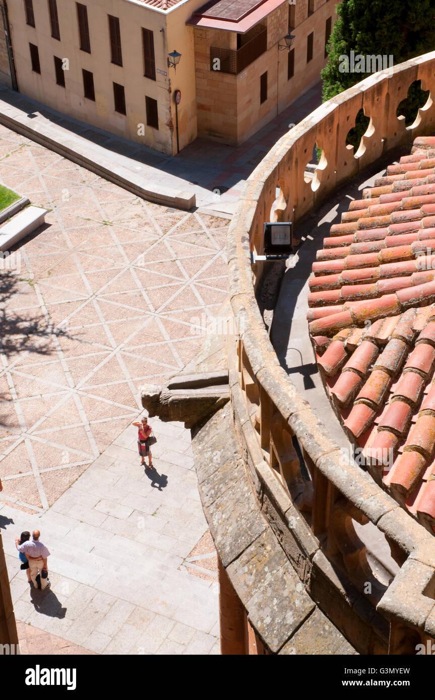 Touristen fotografieren auf der Straße, Blick von der Terrasse des Doms. Salamanca, Spanien. Stockbild