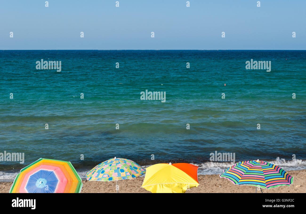 Vier Sonnenschirme in einem Strand von Sizilien im Sommer Stockbild