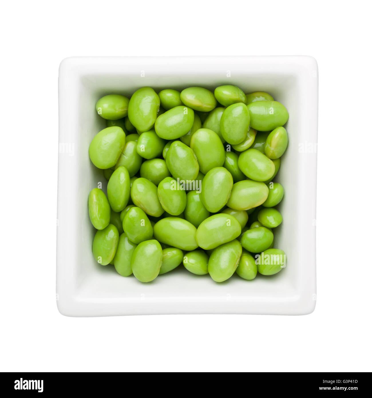 Grüne Sojabohnen in eine quadratische Schale isoliert auf weißem Hintergrund Stockbild
