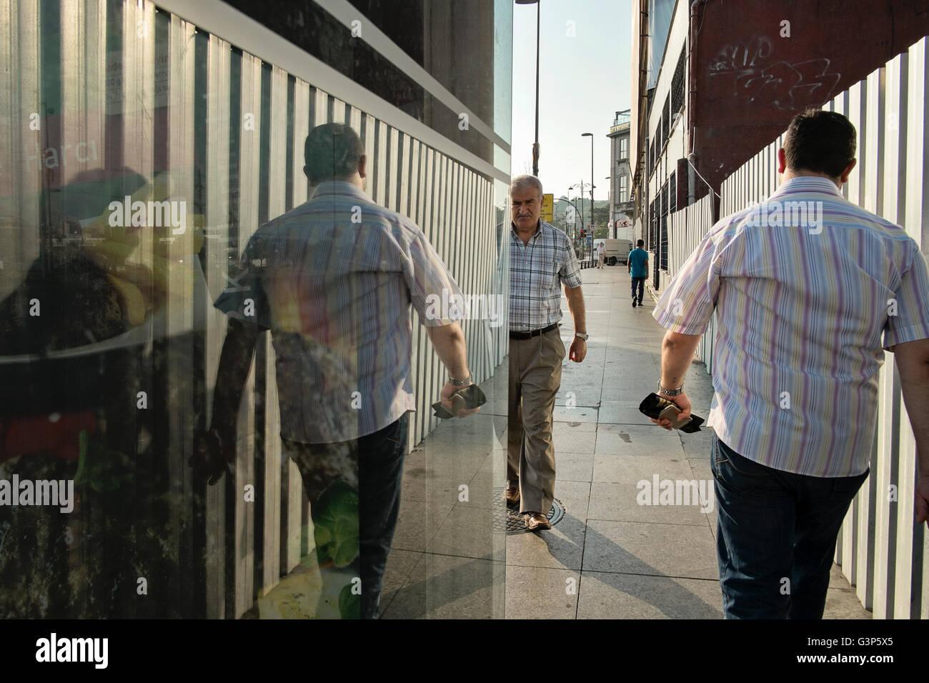 Applying Männer zu Fuß auf einem Wanderweg in Istanbul, Türkei Stockfoto