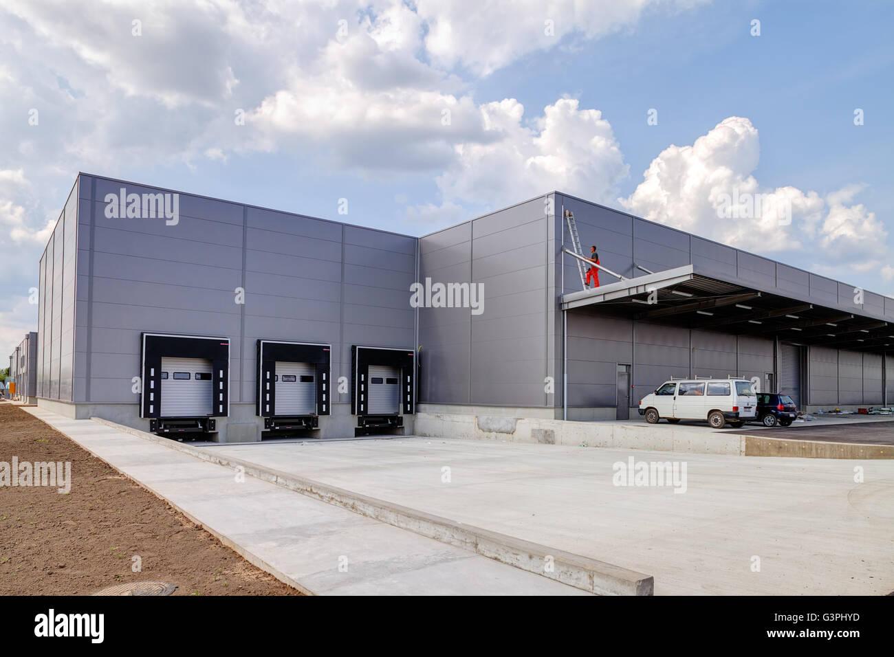 Perspektivische Ansicht der Produktionshalle und Parkplätze Stockbild