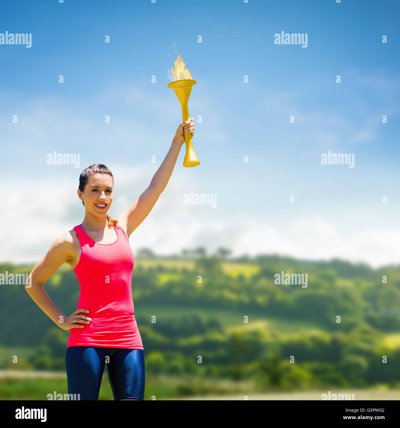 Zusammengesetztes Bild der sportlichen Frau posiert lächelnd mit Olympischen Fackel Stockfoto