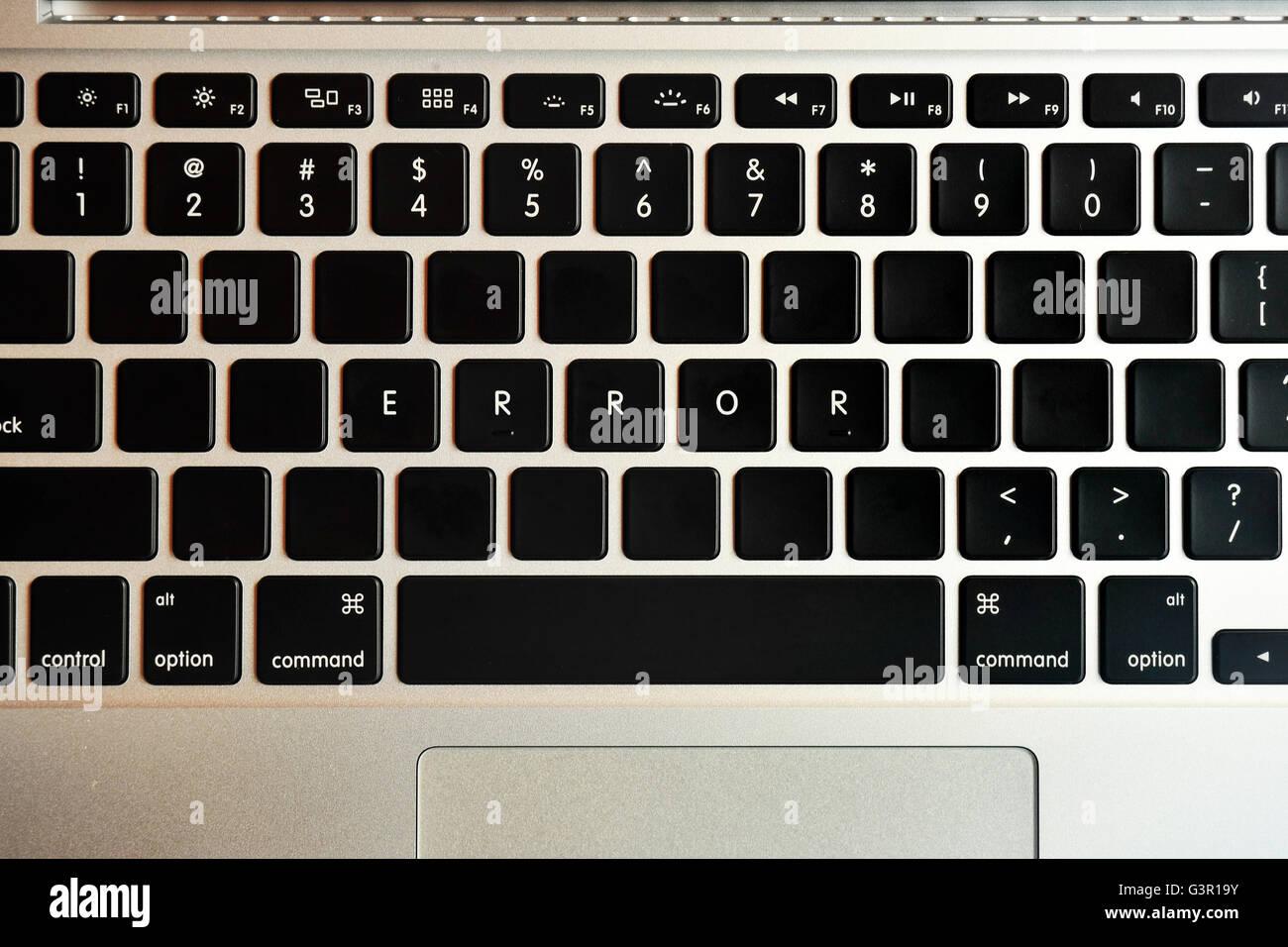 Fehler auf der Tastatur eines MacBook Pro geschrieben. Stockbild