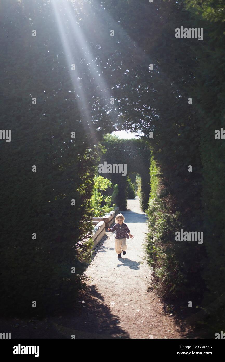 Schweden, Skane, Mädchen (2 3) Laufen Im Garten Gasse Stockbild