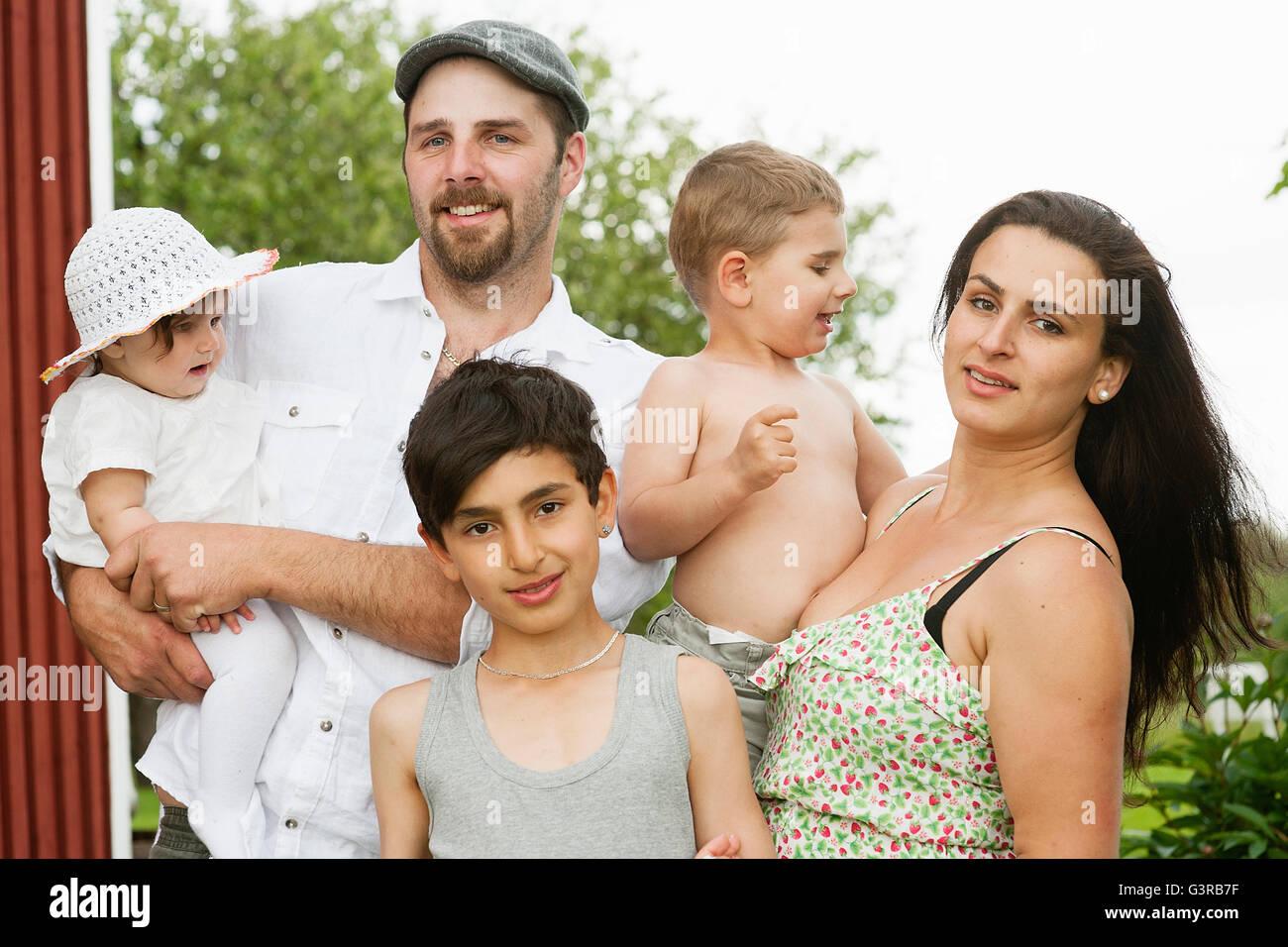 Schweden, Värmland, Filipstad, Gasborn, Horrsjon, Porträt der Familie mit drei Kindern (12-17 Monate, 2-3, 10-11) Stockfoto